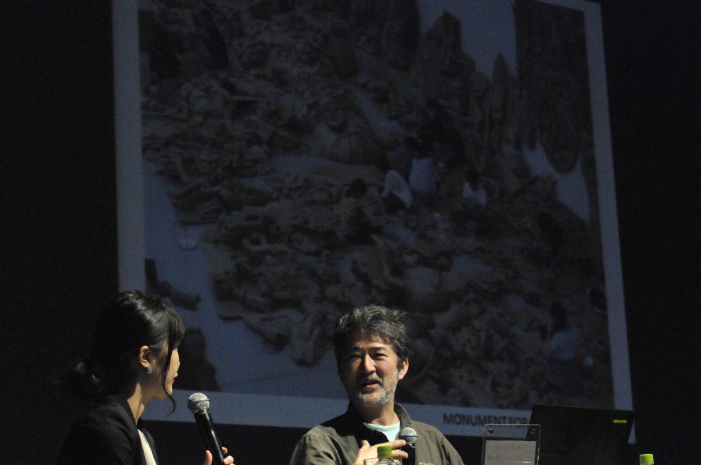 「モニュメント・フォー・ナッシング」という作品について話される会田さん