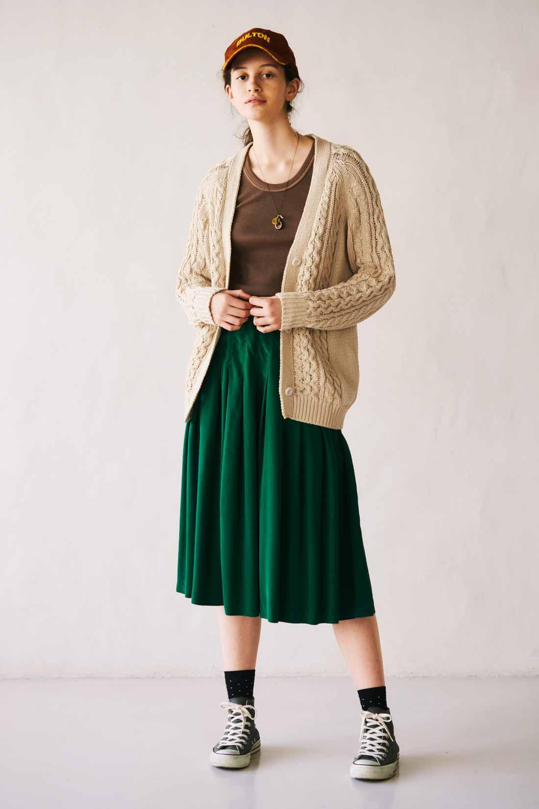 ベージュのボリュームニットとグリーンのプリーツスカートでコーデ