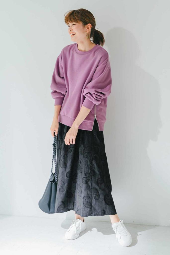 くすみラベンダー×黒フレアースカートでラフに女性らしく