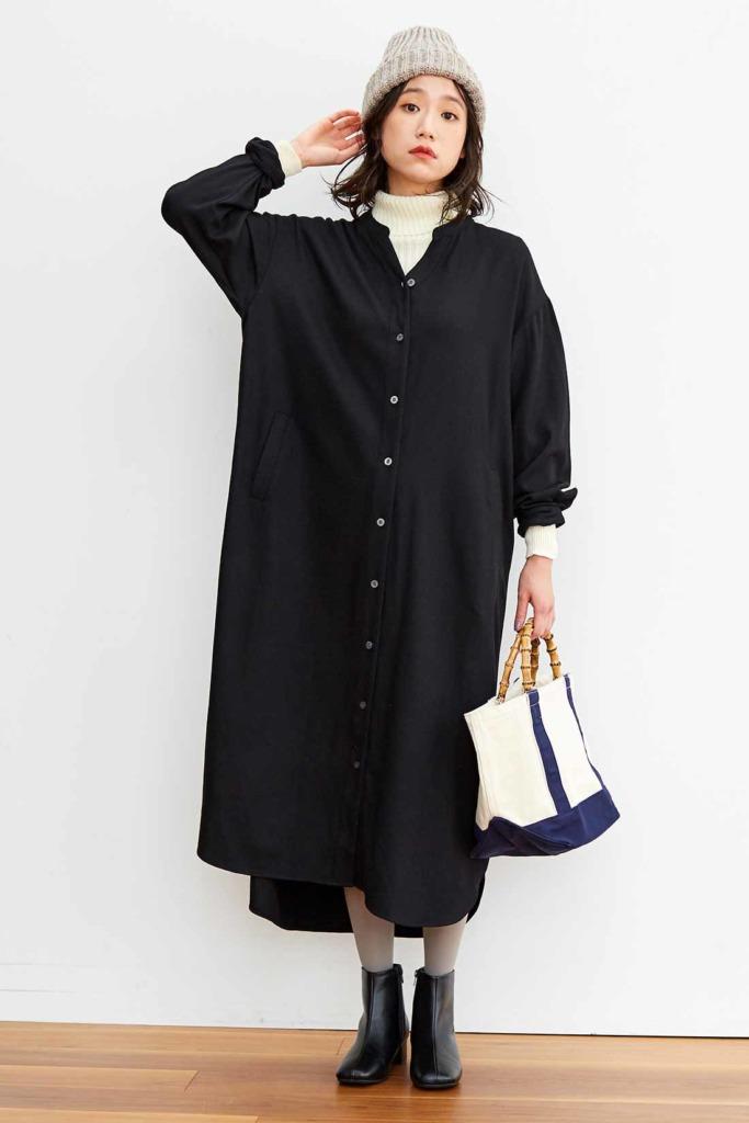 黒のシャツワンピース×白のハイネックニットで冬のモノトーンコーデ