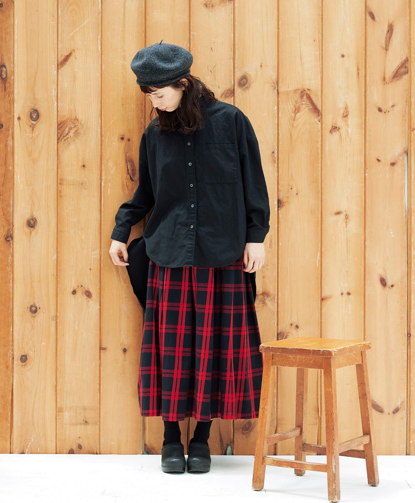 黒シャツ スカート