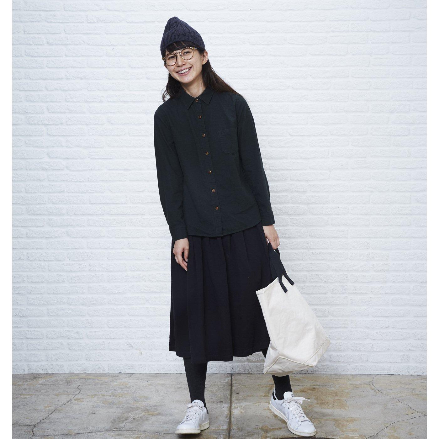 黒シャツ カジュアル
