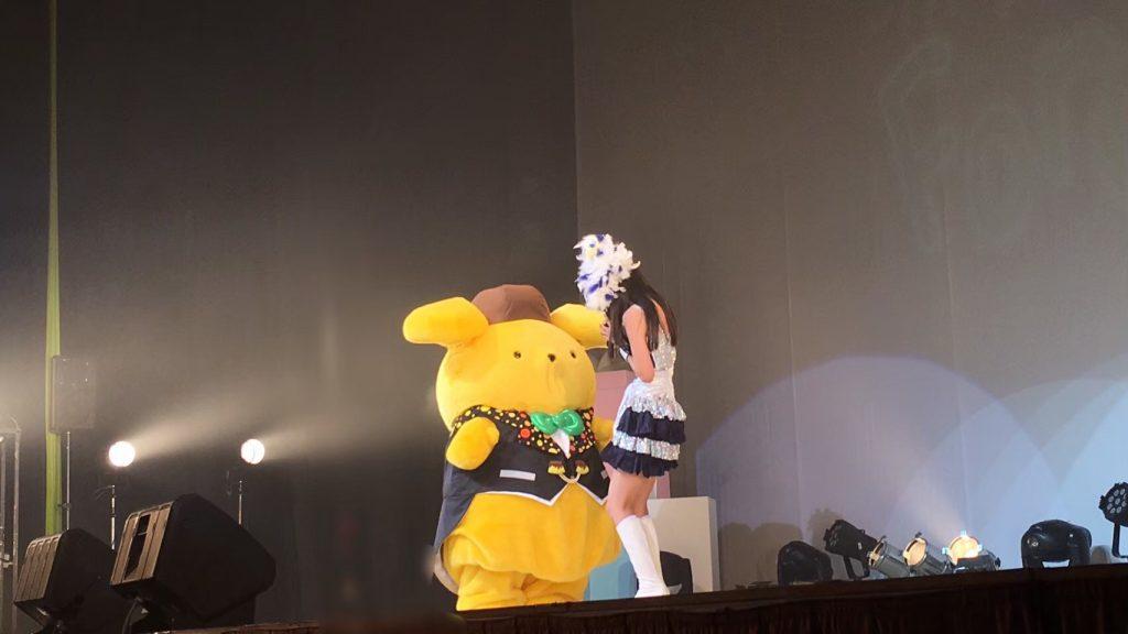 ポムポムプリンと寺嶋さんがライブでコラボした際の写真